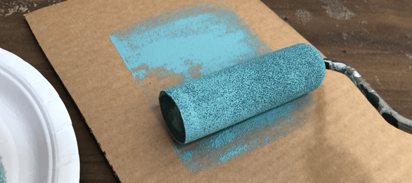 removing-excess-paint-from-your-roller-prior-to-painting